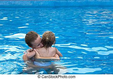 Cuddly en la piscina