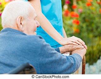 Cuidado con los ancianos en silla de ruedas