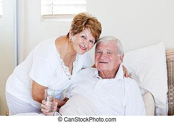 Cuidar a la esposa mayor cuidando a su esposo enfermo