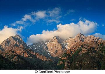 cumbres Himalayas en nubes al atardecer