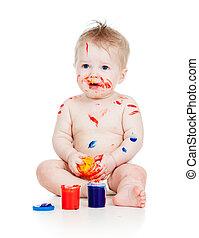Curioso niño sucio con pinturas. Aislado de fondo blanco