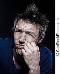 Curioso retrato de hombre vomitando triste