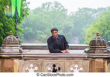 día, ciudad, negro, parque, lluvioso, aire libre, hombre, york, joven, posición, nuevo