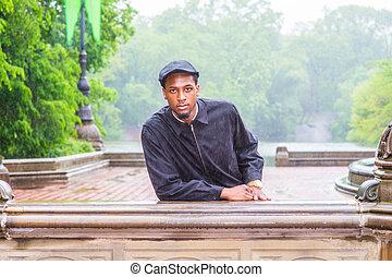 día, ciudad, negro, parque, lluvioso, hombre, york, joven, posición, nuevo