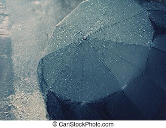 Día de otoño lluvioso, paraguas mojado