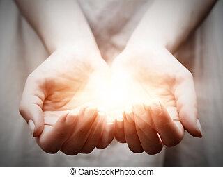 dar, mujer, compartir, luz, joven, ofrecimiento, protección, hands.