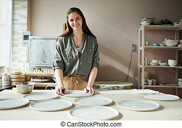 De cerámica femenina sonriente