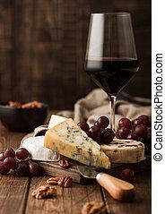 de madera, fondo., vidrio, leicester, uvas, tazón, nuts., rojo, queso, brie, selección, azul, vino, stilton, vario, tabla