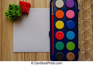 De vuelta a la escuela concepto acuarela paleta plana con papel en blanco y bloques de construcción