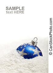 Decoración de Navidad azul en la nieve con espacio de copia