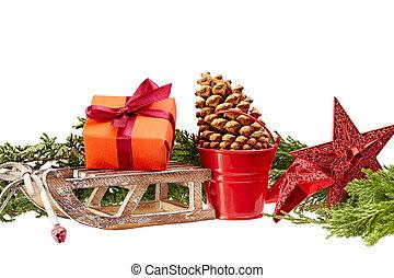 Decoración de Navidad (caja de regalos, estrellas, trineo de madera, cubo de metal) aislado en un fondo blanco