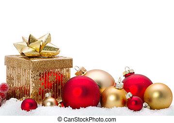 Decorativos adornos de cristal navideño en la nieve