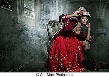 Deliciosamente morena posando en un vestido de época