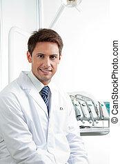 dentista masculino sonriendo