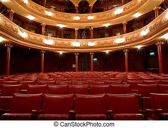 Dentro del viejo teatro