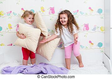 dentro, hermanas, niños, juego, cama