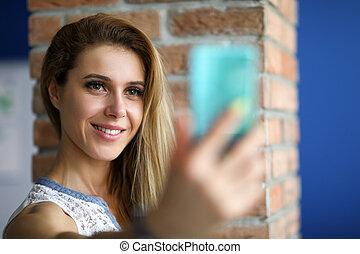 dentro, niña, feliz, selfie, toma, smartphone