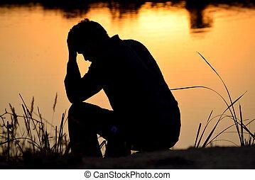 deprimido, cima, manos, hombre que sienta