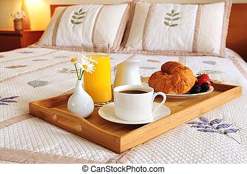 Desayuno en una cama en una habitación de hotel