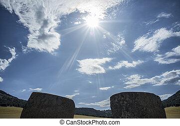Descendiendo el sol entre los ortostatas de magacela dolmen, spain