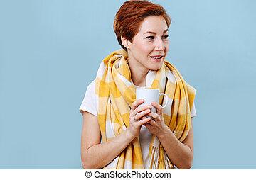 despreocupado, caliente, jarra, mujer, bebida, tenencia, azul, grande, encima, bufanda