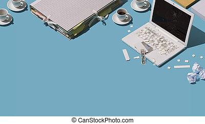 Destruido escritorio de oficina desordenado