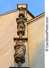 Detalle de una fachada de iglesia en Zug.