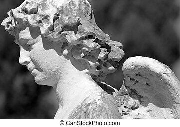 Detalles de escultura antigua de ángel, cementerio monumental en Italia, Europa