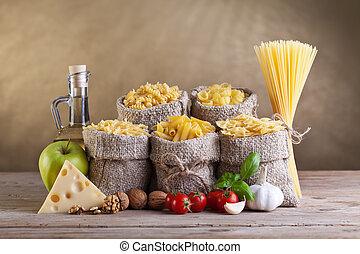 Dieta saludable con pasta y ingredientes frescos