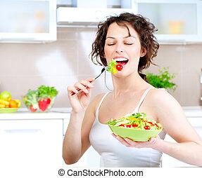 Dieta. Una joven sana comiendo ensalada vegetal