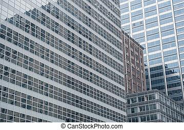 Diferentes construcciones reflejadas en edificios altos