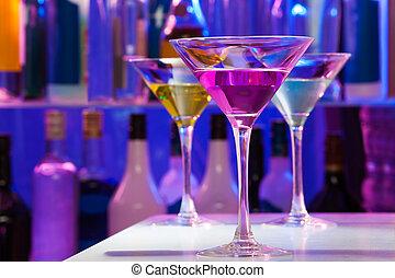 Diferentes copas de cóctel en el bar
