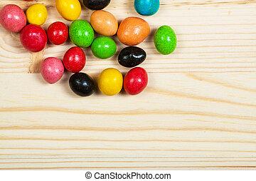 Diferentes dulces coloridos en la madera