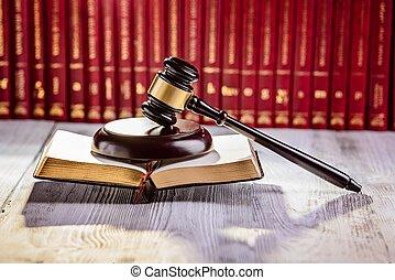 Dio el símbolo de la ley en la biblioteca de la corte