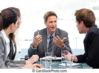 Director carismático hablando con su equipo