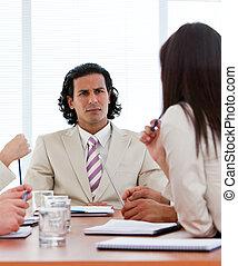 Director concentrado hablando con su equipo