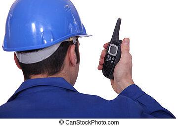 Director de construcción con un walkie-talkie