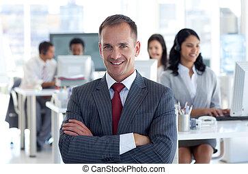 Director sonriente liderando a su equipo en un centro de llamadas