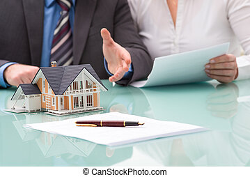 Discusión con un agente inmobiliario