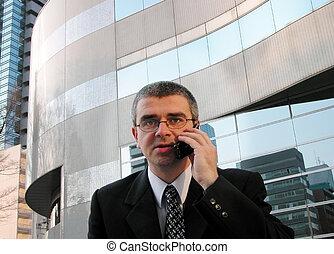 Discusión telefónica en una ciudad
