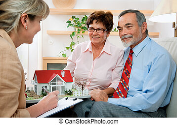 Discutiendo con agente inmobiliario