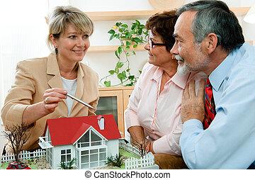 Discutiendo con el agente inmobiliario