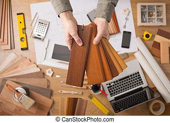 Diseñador de interiores eligiendo una base
