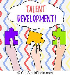 Diseño de talentos de texto. Concepto habilidades de construcción que mejoran potencial líder tres piezas de rompecabezas vacías de colores sostenidas en diferentes manos de personas.
