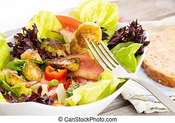 Disfrutando de una comida vegetariana saludable