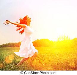 Disfrutar. Mujer feliz libre disfrutando de la naturaleza. Chica al aire libre