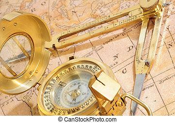 Dispositivo de navegación en un fondo un viejo mapa