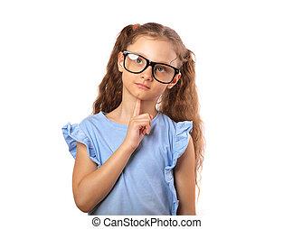 Diversión haciendo muecas a una chica feliz con gafas para los ojos pensando y mirando hacia arriba aislada en el fondo blanco con una copia vacía.