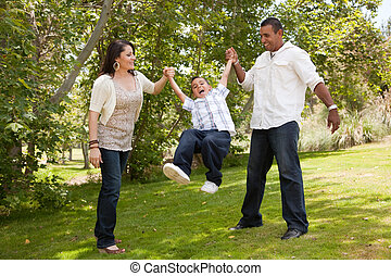 diversión, parque, familia joven, teniendo