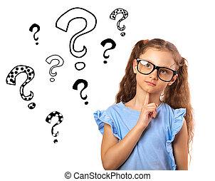 Divertido chica feliz con gafas pensando y mirando muchas preguntas marca ilustración sobre la cabeza aislada en el fondo blanco. Primer plano